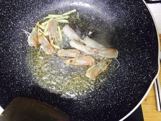 避风塘大虾,锅留底油下姜丝,虾头煸出红油