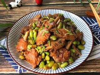 毛豆烧鸭翅,盛入碗中,再撒点葱花增香,