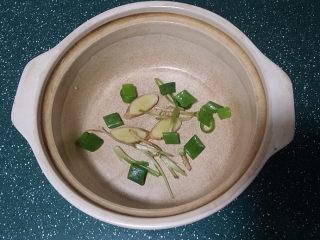 冬日暖心菜  砂锅焗鱼块,待砂锅烧热后,放入刚刚煎好的鱼块,再倒入腌鱼的卤汁