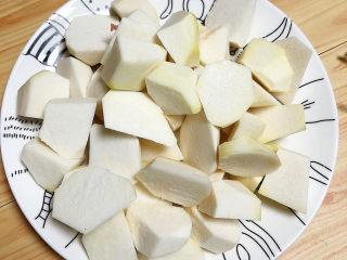 芋头排骨汤,芋头滚刀切成小块儿待用。