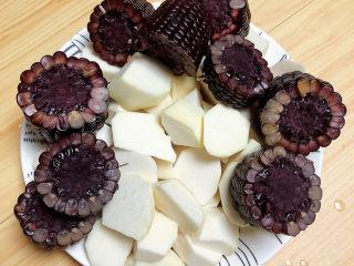 芋头排骨汤,黑玉米切成小段儿待用。