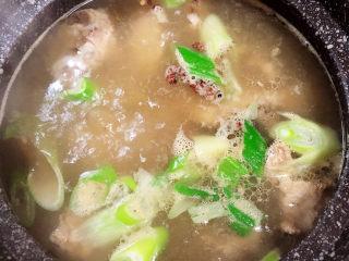 芋头排骨汤,大火煮开锅,盖盖儿,小火儿炖煮1小时。