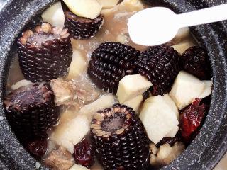 芋头排骨汤,放入10克盐,将玉米翻面,均匀煮熟。盖盖儿继续炖煮10分钟。