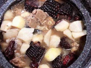 芋头排骨汤,10分钟后,所有食材基本都已入味。