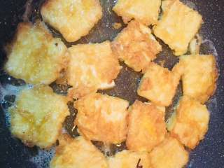 香煎豆腐,锅内热油,放入豆腐小火煎至两面金黄