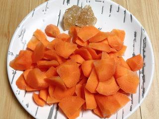 胡萝卜小米粥,将胡萝卜滚刀切成小块儿待用。