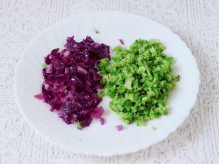 黎麦紫甘蓝时蔬饭团,把紫甘蓝和西兰花用刀切碎备用。