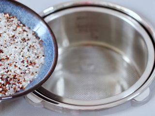 黎麦紫甘蓝时蔬饭团,把浸泡后的黎麦和大米,糯米放入臻米脱糖煲的甑锅里。