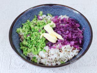 黎麦紫甘蓝时蔬饭团,加入沙拉酱和寿司醋,根据个人口味加入适量的盐调味。