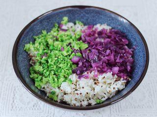 黎麦紫甘蓝时蔬饭团,把蒸好的黎麦饭,取一些放入大的容器里,再放上紫甘蓝和西兰花。