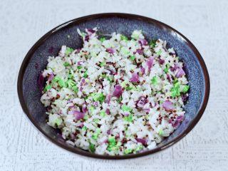 黎麦紫甘蓝时蔬饭团,把所有的食材混合搅拌后。