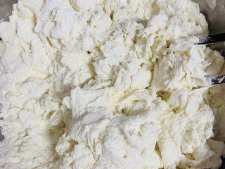 糯米烧麦,白鲨饺子粉用180克的开水烫一下 用筷子搅拌成絮状
