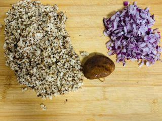 糯米烧麦,干香菇提前泡发切碎、洋葱切碎