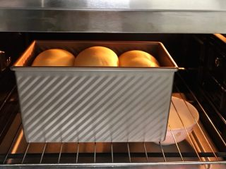 肉松吐司,放入烤箱中进行二次发酵,放一碗热水增加温度和湿度,发至九分满。