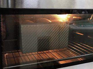 肉松吐司,放入预热好的烤箱,上下火175度分钟约30分钟,待表面上色后可盖锡纸,防止颜色烤深。