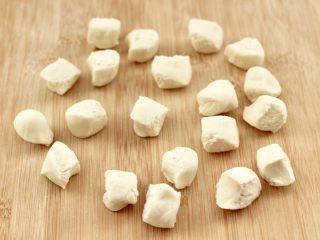 四喜饺子,松弛好的面团排气揉匀后,用手搓成长条,揪成大小一致的剂子。