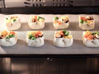 四喜饺子,把做好的四喜饺子放入蒸箱,启动纯蒸模式,蒸10分钟焖2分钟即可。