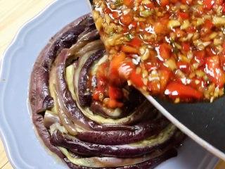 蒜泥蒸茄子,将爆好的酱汁倒在茄子上。