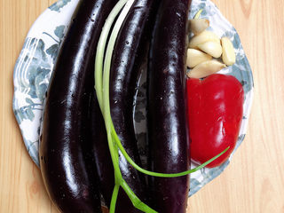 蒜泥蒸茄子,准备好食材。茄子、红椒、<a style='color:red;display:inline-block;' href='/shicai/ 157/'>小葱</a>、蒜。