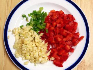 蒜泥蒸茄子,葱蒜切末、红椒切丁待用。
