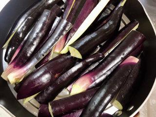 蒜泥蒸茄子,将茄子放入锅中篦子上,皮的面朝上放置。