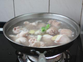 黄豆烧猪手,大火煮开,撇去血末子,捞出葱姜弃之。
