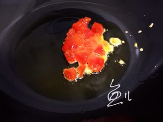 咸蛋黄豆腐,油锅烧热,放入咸蛋黄