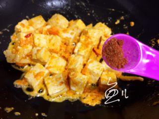 咸蛋黄豆腐,放入五香粉