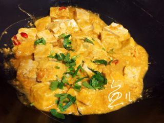咸蛋黄豆腐,熄火撒香菜碎出锅