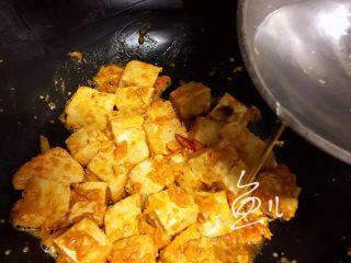 咸蛋黄豆腐,倒入1碗水煮1-2分钟