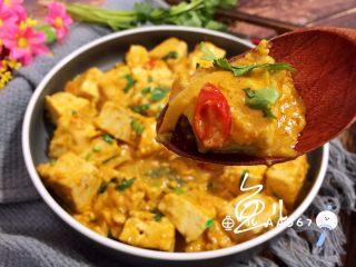 咸蛋黄豆腐,装盘食用