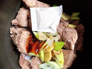 排骨豆角焖面,将排骨放入高压锅中,放入盐、料酒、生抽、蚝油、花椒、炖肉料包、葱姜、黄冰糖。