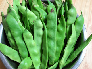 排骨豆角焖面,煮排骨的时候准备蔬菜。