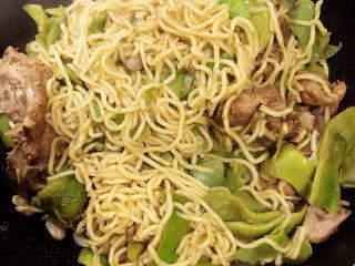 排骨豆角焖面,关火,开盖儿后,用筷子再挑一下焖面,让味道均匀。
