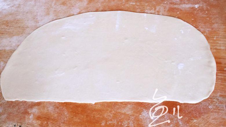 灌汤小笼包,醒后的面团揉匀,擀成薄片