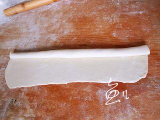 灌汤小笼包,一侧卷起,擀的时候少用干粉,要不然卷起的时候会散开