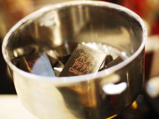自制即食阿胶,将阿胶包装去掉,阿胶放在粉碎机里。