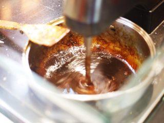 自制即食阿胶,将洁净无油的锅置于电磁炉上,启动开始键,使用大火,将黄酒倒入锅里,随后倒入阿胶粉和冰糖粉,煮开后改小火,熬制至阿胶粘稠,大约熬制30分钟左右。 注:1,熬制时间仅供参考,熬制时间需要根据阿胶、黄酒的量以及火力的大小稍作调整。2,熬制时间还需要看食用者喜欢即食阿胶的软硬度稍作调整。