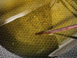 东北油炸糕,油温五成热,用一根筷子来鉴别,筷子根部冒起细腻的小泡即可