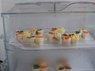 虾仁四喜饺子,包好的饺子就可以直接上锅蒸了,冷水上锅即可,水烧开以后大约蒸十分钟就够了。