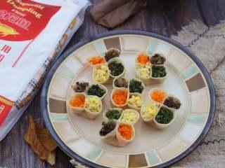 虾仁四喜饺子,蒸好的饺子直接吃就很美味,也可以根据个人口味,准备一碟油醋汁或者辣椒味碟蘸着吃。