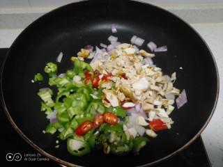 尖椒、洋葱、咸蛋清、豆角炒米,放入咸蛋清