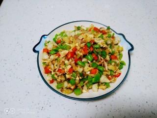 尖椒、洋葱、咸蛋清、豆角炒米,盛入盘中