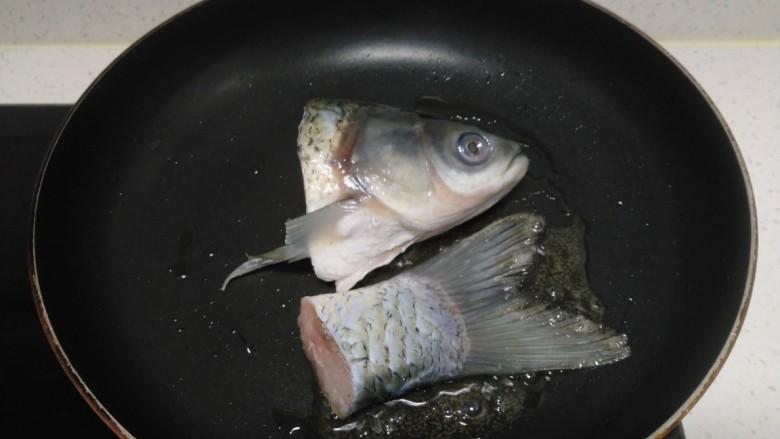 冬瓜、白菜炖鱼头、鱼尾,锅中放入适量油,油微热放入鱼头、鱼尾