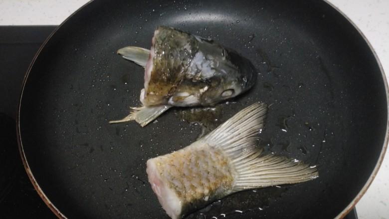 冬瓜、白菜炖鱼头、鱼尾,翻面煎至两面金黄