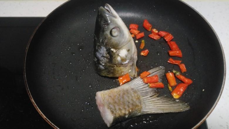 冬瓜、白菜炖鱼头、鱼尾,放入尖椒