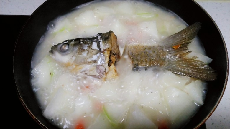 冬瓜、白菜炖鱼头、鱼尾,再煮8分钟