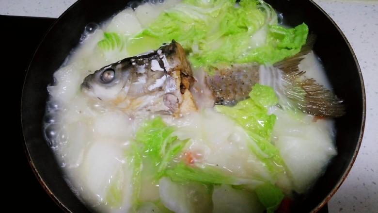 冬瓜、白菜炖鱼头、鱼尾,再煮2分钟,加入盐
