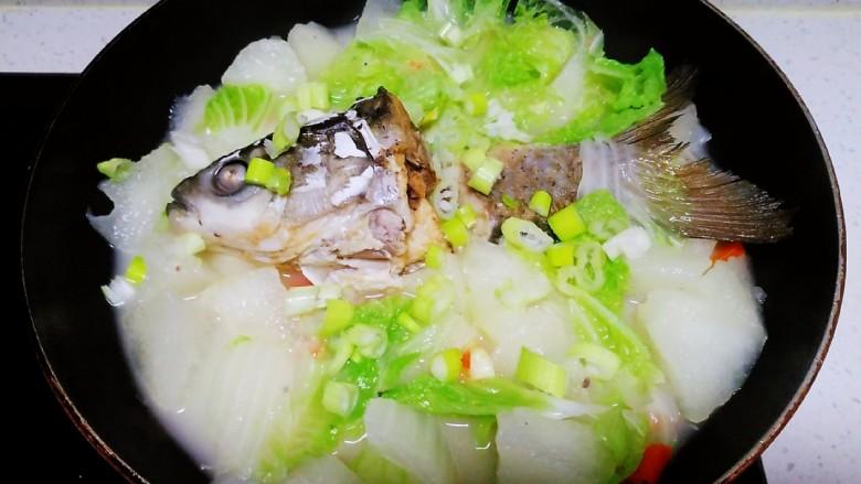 冬瓜、白菜炖鱼头、鱼尾,再煮一分钟,撒上葱碎