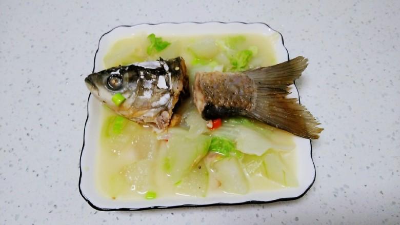 冬瓜、白菜炖鱼头、鱼尾,盛入盘中